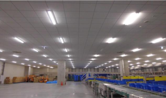 照明に照らされた工場の画像