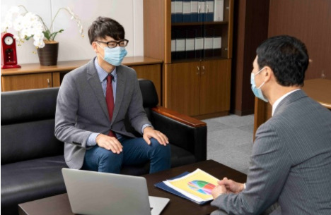 二人の男性が話し合っている画像