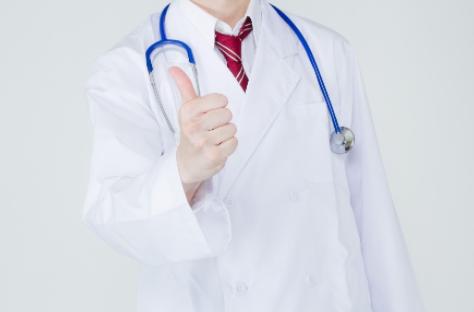 お医者さんが「いいね」をしている画像