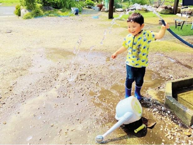 子供と打ち水をする