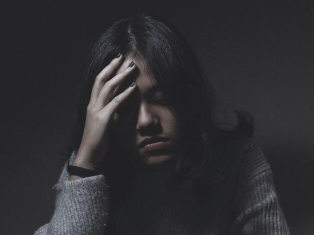 生体リズムを乱し、頭痛を抱えた女性