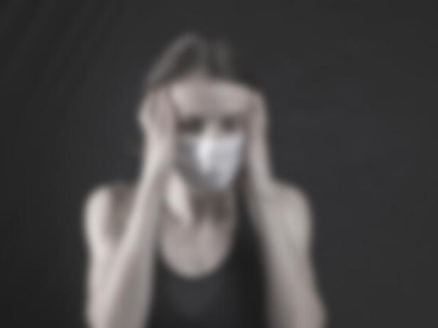 ブルーライトによる頭痛に悩む女性