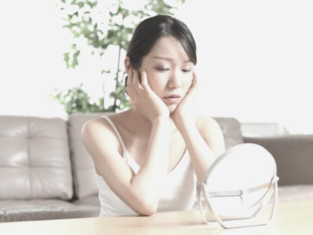 ブルーライトによる肌荒れに悩む女性
