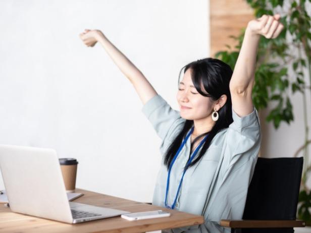 PCを使った後に休憩を取る女性